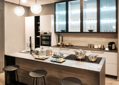 neutral-fitted-kitchen-with-island-and-bar-stools-3LPVGX5